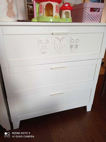 Pojemna biała komoda do pokoju dziecięcego