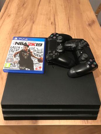 PS4 PRO 1TB cuh 7216b.   2 pady + gra Playstation 4