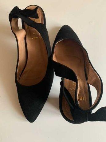 Sapatos Altos Pretos com detalhe    Tamanho 38