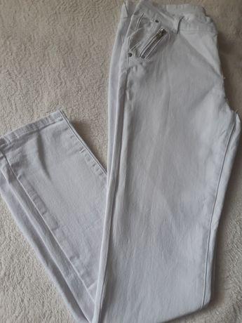Spodnie białe rurki zameczki
