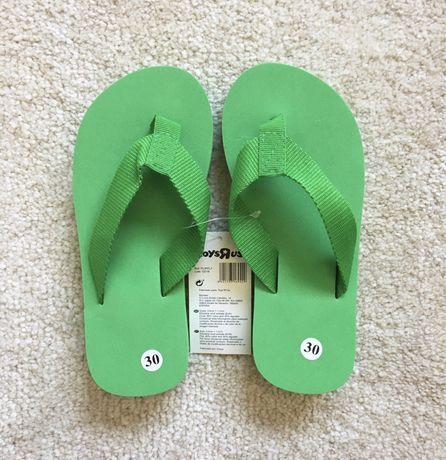 Chinelos verdes de criança da marca ToysRus