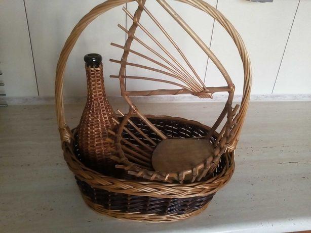 Zestaw wyrobów z wikliny: kwietnik, butelka i kosz prezentowy