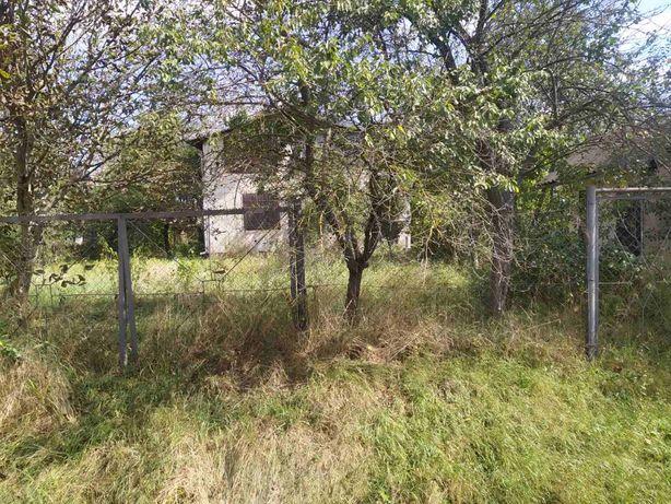 Земельна ділянка, цегляний будинок з гаражем