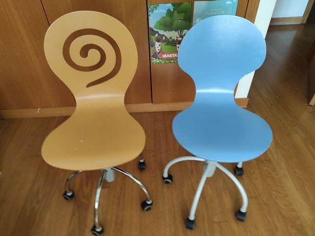 Cadeiras rotativas coloridas