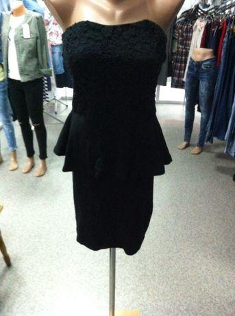 Платье с баской и кружевом