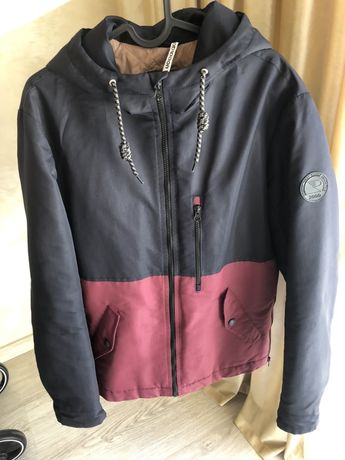 Демісезонна куртка з капішоном тепла і зручна