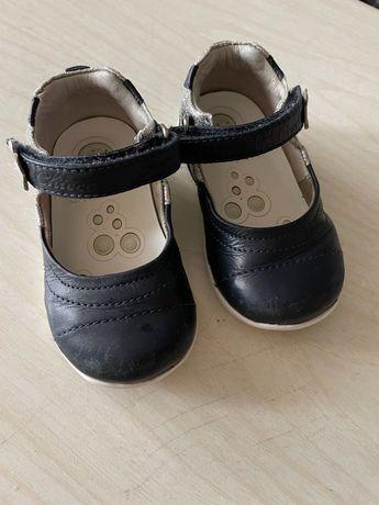 Продам детскую обувь, кожаные туфли синего цвета на липучке