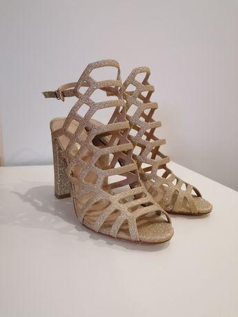 Sapatos Salto Dourados