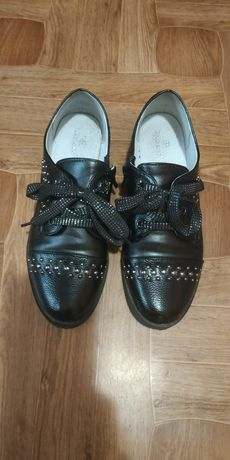 Гарні  шкільні туфлі на дівчинку!Як нові!