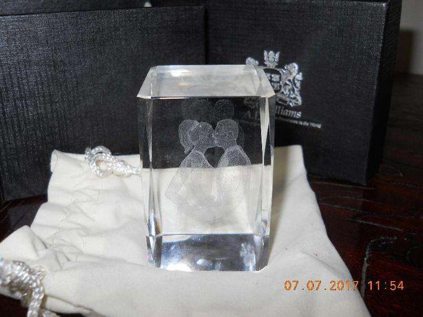 Cristal com noivos gravados no seu interior