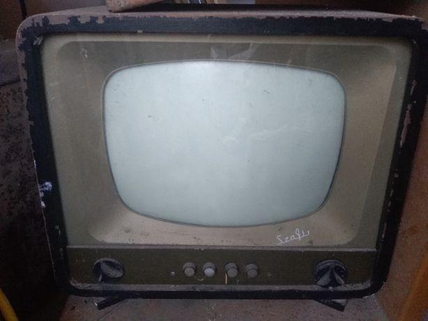 """Zabytkowy telewizor """"Szafir""""."""