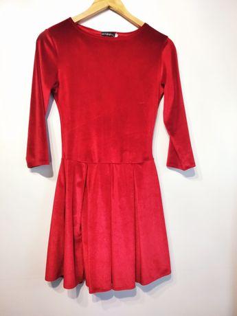Czerwona welurowa sukienka