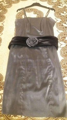 Sukienka na wesele szara srebrna z czarnym pasem.