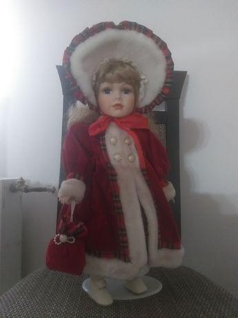 Porcelanowa lalka leonardo collection w czerwonym płaszczyku