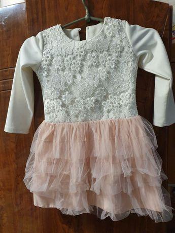 Платье для девочки,верх белый низ пудрой состояния хорошее