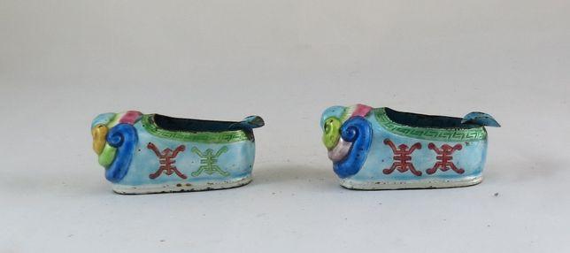 Par de cinzeiros chineses em latão esmaltado em forma de sapatos 9cm