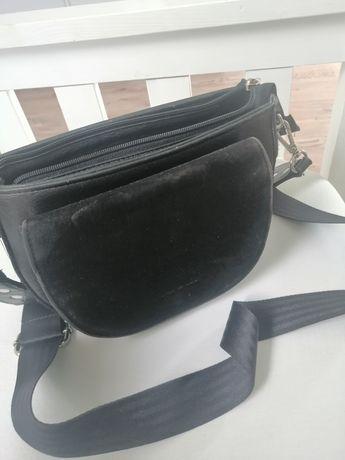Mała czarna torebka z długim paskiem