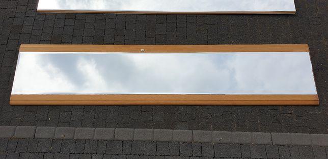 Wysokie wąskie lustro na drewnianych drzwiach