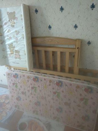 Детская кроватка + в подарок пеленальный столик