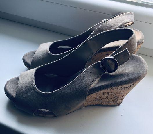 Beżowe sandały na koturnie rozm 38