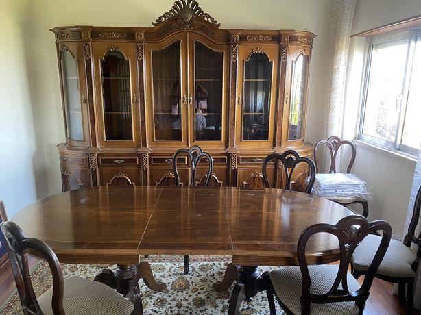 Movel e mesa com cadeiras de casa de jantar