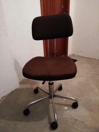 Cadeira antiga de escritório com rodinhas