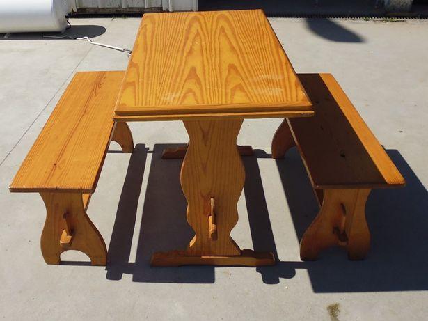 Mesa e dois bancos