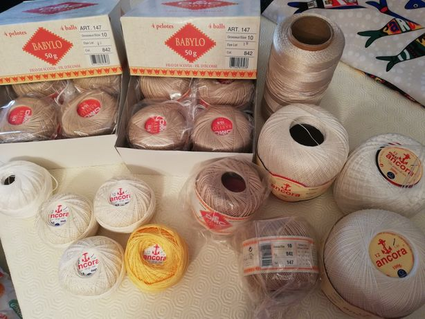 Bobine e novelos de linhas para costura e agulhas de tricot