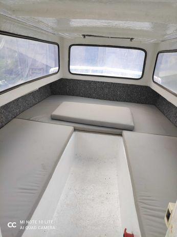 Łódź motorowa kabinowa z przyczepą