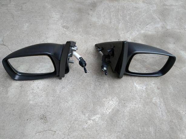 Lusterka zewnętrzne i jedno wewnętrzne do samochodów marki Ford.