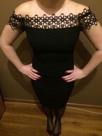 Czarna sukienka z gipiurą