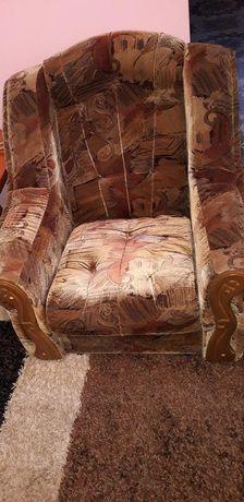 Kanapa, dwa fotele i dwie pufy