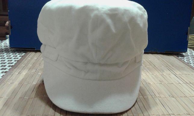 Czapka - beret z daszkiem w kolorze ecri. Unikat