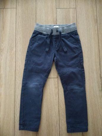 Spodnie z materiału r. 110