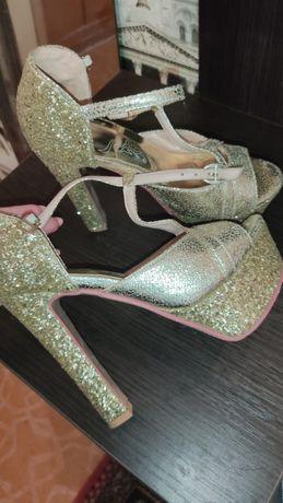 Туфли золото блестящие, золотые туфли.
