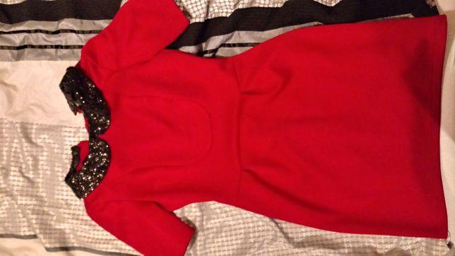Czerwona sukienka z czarnym kołnierzykiem