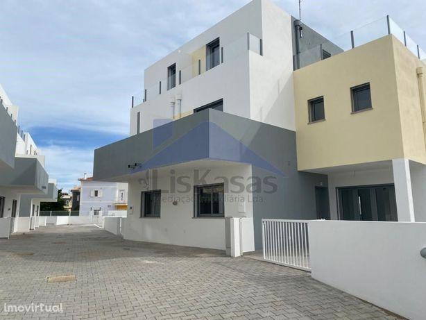 Moradia T2+2 a estrear em condomínio privado em Carcela