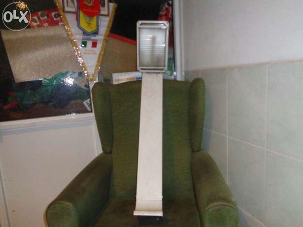 Candeeiro espectacular de pé em aluminio lacado branco