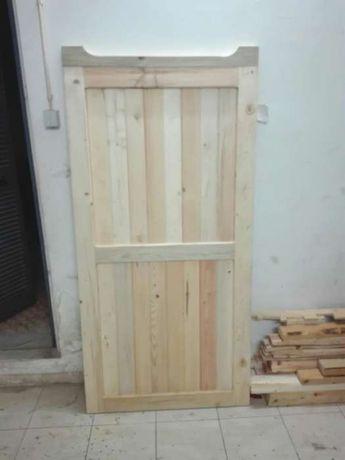 Vários tipos de portas e portões em madeira.