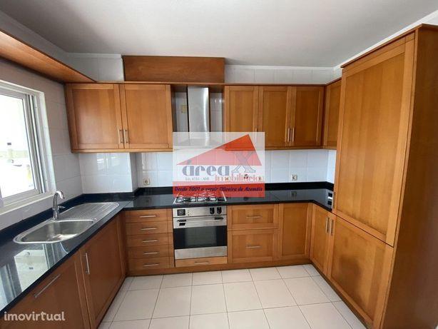 T2 renovado. Cozinha com móveis e eletrodomésticos. Marque visita!