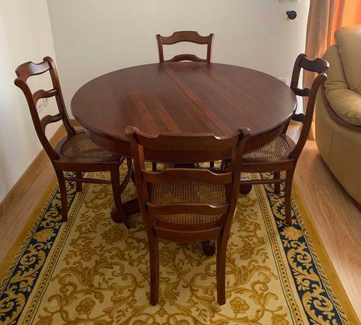 Conjunto de Mesa de Jantar Extensível com Quatro Cadeiras em Cerejeira