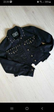 Czarna kurtka jeansowa z ćwiekami