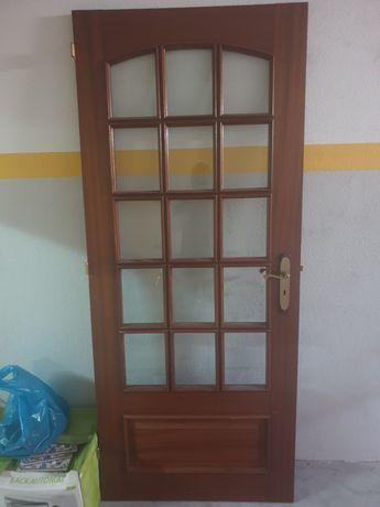 Porta de vidro e madeira
