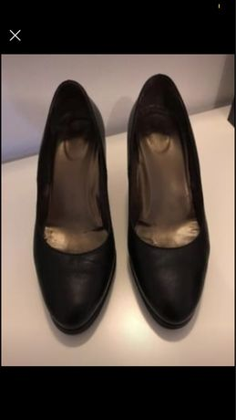 Sapatos de salto em pele
