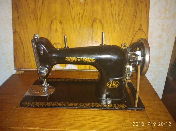 Швейная машинка ОРША,состояние хорошее,б\у , тумба на роликах .
