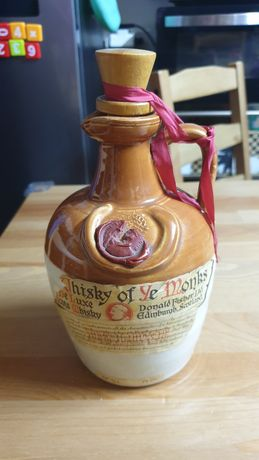Garrafa de whisky Of The Monks antiga