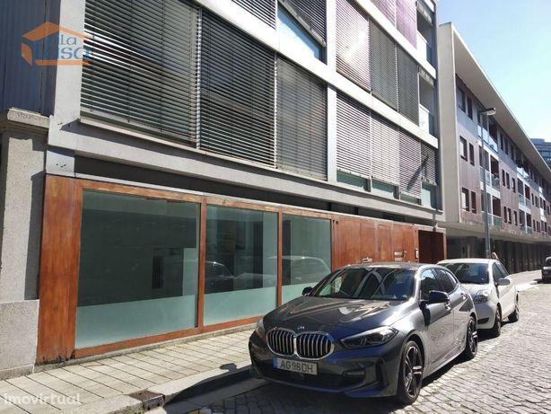 Loja R/CH+CAVE para restauração à Av. da Boavista - Porto