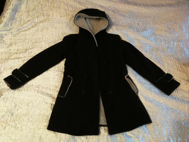 Czarny płaszcz zimowy z kożuszkiem