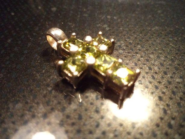 Zawieszka- krzyżyk ze srebra z zielonymi cyrkoniami