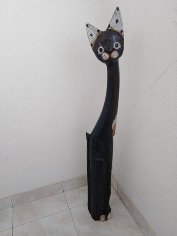 Gato preto em madeira